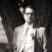 I used the setting sun to create dramatic split lighting on the grooms face.